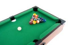 Poolballs em uma tabela de bilhar verde Fotografia de Stock Royalty Free