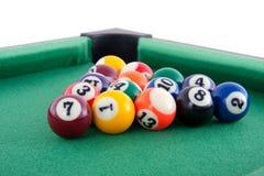 Poolballs op een biljartlijst stock afbeeldingen
