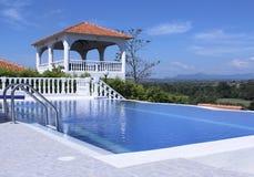 Poolbereich im Freien des Luxuslandhauses mit einer schönen Ansicht Lizenzfreie Stockbilder