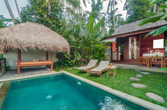 Poolbereich im Freien Luxus-Bali-Landhauses Stockfotografie