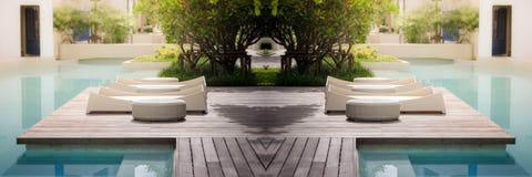 Poolbett mit Sonnenlicht und dunkler Vignette Stockfoto