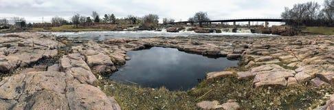 Poolbezinning van de hemel met Groot Sioux River in Sioux Falls South Dakota met meningen van het wild, ruïnes, parkwegen, trein  Royalty-vrije Stock Fotografie