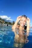 Poolfrau an den Feiertagen schwimmend Stockbild