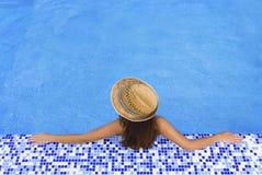Poolfrauenhut entspannen sich Stockfotos