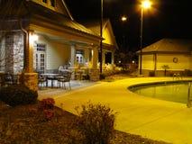 Poolhouse på natten arkivfoto