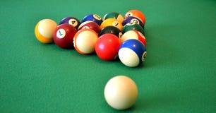 Poolkugeln auf Grünfilz Stockfoto