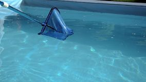 Poolnetzdia von rechts nach links, fangen trockene Blätter stock video footage
