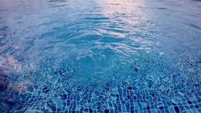 Pooloberfläche mit laufender Pumpe stock video