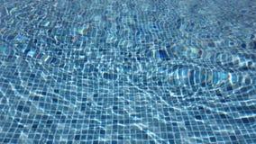 Pooloberfläche mit laufender Pumpe stock footage