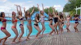 Poolpartij, slanke meisjes die in badpakken dichtbij zwembad, het de zomerleven springen van de jeugd op weekend, stock footage