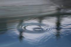Poolreflexionswasser schellt Regentropfen Lizenzfreie Stockfotos