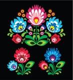 Pools bloemen volksborduurwerkpatroon op zwarte Royalty-vrije Stock Afbeeldingen