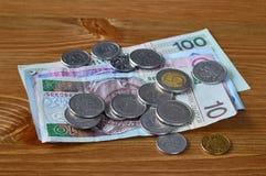 Pools geld die op een lijst leggen. Bankbiljetten PLN en muntstukken Royalty-vrije Stock Afbeelding
