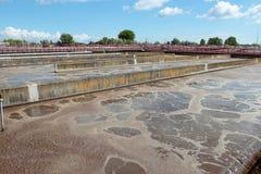 Pools mit Abwasser in der Aufbereitungsanlage Stockfotografie
