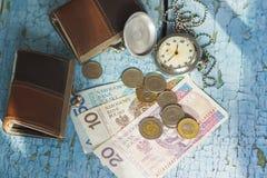 Pools zloty en spaarvarken op de houten achtergrond Royalty-vrije Stock Fotografie