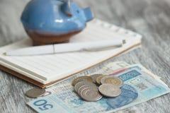 Pools zloty, notitieboekje en spaarvarken op de houten achtergrond Royalty-vrije Stock Foto's
