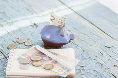 Pools zloty, spaarvarken en notitieboekje op de houten achtergrond Stock Foto's