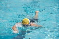 Poolschwimmer des vorderen Schleichens des Wettbewerbs Renn Stockbild