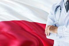 Poolse Arts die zich met stethoscoop op de vlagachtergrond van Polen bevinden Het nationale concept van het gezondheidszorgsystee stock afbeelding