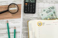 Poolse belastingsvorm met bureauhulpmiddelen Royalty-vrije Stock Afbeeldingen