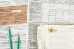 Poolse belastingsvorm met potloden en kalender Stock Foto
