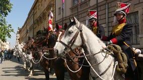 Poolse cavalerie tijdens jaarlijks van Poolse nationaal en officiële feestdag de 3 de Grondwetsdag van Mei stock videobeelden