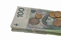 Poolse die bankbiljettenstapel en muntstukken op wit wordt geïsoleerd Stock Afbeelding
