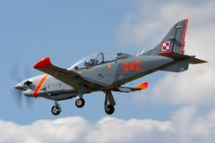 Poolse Luchtmacht PZL-Okecie pzl-130 tc-1 Orlik-schroefturbine, enige motor, twee vliegtuigen van de zeteltrainer Stock Foto