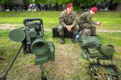 Poolse militairen tijdens demonstratie van het militaire en reddingsmateriaal tijdens jaarlijkse Poolse nationaal en officiële fe Royalty-vrije Stock Foto