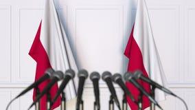Poolse officiële persconferentie Vlaggen van Polen en microfoons Het conceptuele 3d teruggeven Royalty-vrije Stock Afbeeldingen