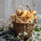 Poolse Pasen-cakes Poten van een ooievaar in een rieten mand De Poolse schotel wordt voorbereid op Pasen stock foto