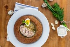 Poolse roggesoep met eieren en worst in brood Stock Afbeelding