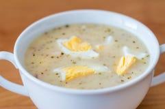 Poolse soep zurek met eieren op de bovenkant royalty-vrije stock afbeelding