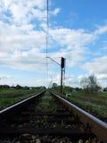 Poolse spoorwegen en een aardige blauwe hemel Stock Foto