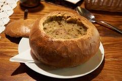 Poolse traditionele soep Zurek in brood, selectieve nadruk Stock Fotografie