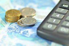 Poolse zloty bankbiljetten, muntstukken en calculator royalty-vrije stock foto's