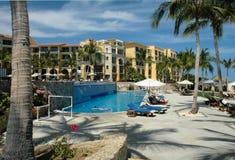 Poolside à la ressource dans Cabo San Lucas, Mexique Images stock