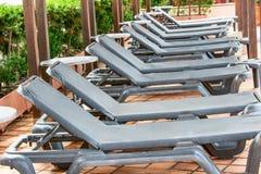 Poolside ławki w linii obraz stock