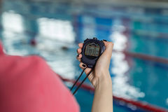 Poolside χρονομέτρων με διακόπτη εκμετάλλευσης λεωφορείων κολύμβησης στο κέντρο ελεύθερου χρόνου Στοκ Εικόνα