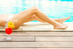 poolside ослабляя Стоковые Изображения