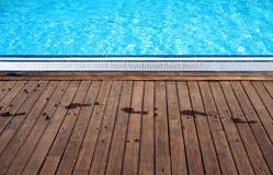Poolside с следами ноги Стоковые Изображения RF