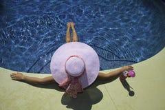 женщина poolside Стоковое Изображение RF