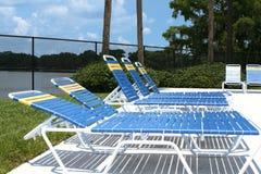 Poolside-Aufenthaltsraum-Stühle Stockfotografie