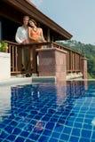 Poolside avec des boissons Image stock