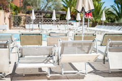 Poolside confortable sous le soleil image stock