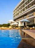 Poolside d'hôtel de luxe Photographie stock libre de droits
