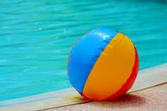 Poolside de la pelota de playa Imágenes de archivo libres de regalías
