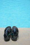 Poolside de las sandalias de las vacaciones del turismo Imágenes de archivo libres de regalías