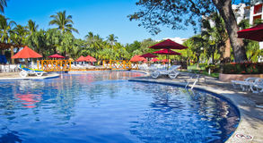 Poolside de matin au Salvador Image stock