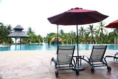 Poolside Deckchair am Luxushotel Lizenzfreie Stockfotos